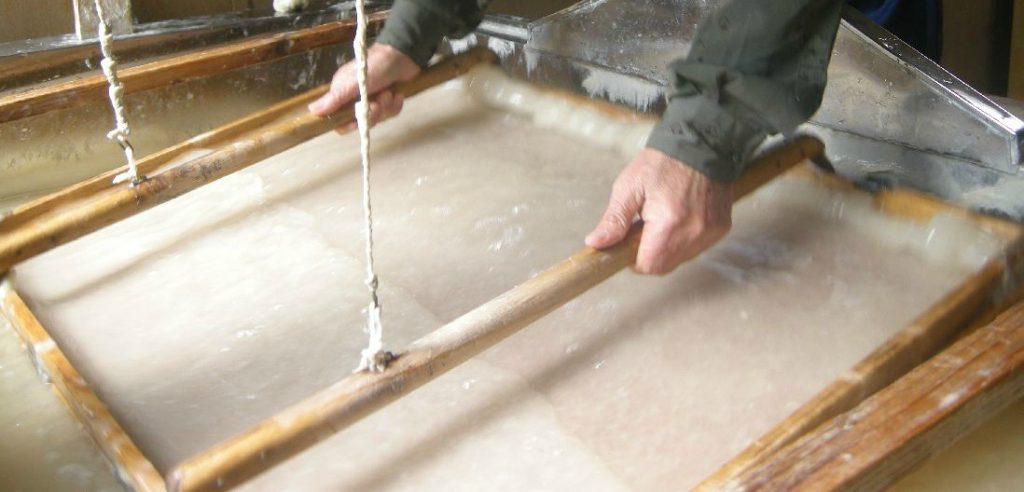 2021'de Yeşil Tasarım Yaklaşımları: Japonların el yapımı geri dönüşümlü kağıt üretimi.